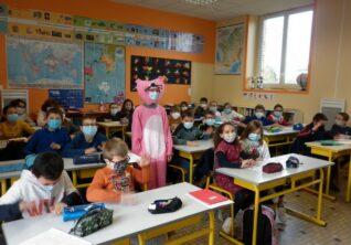 Une panthère rose à l'école.